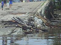 Destroços na rampa de acesso ao Porto do Arapari